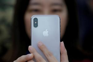 Slow response forces Apple to halve iPhone X production