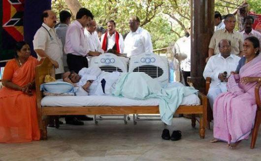 Politicians� drama      Kaunaanidhii Fasting