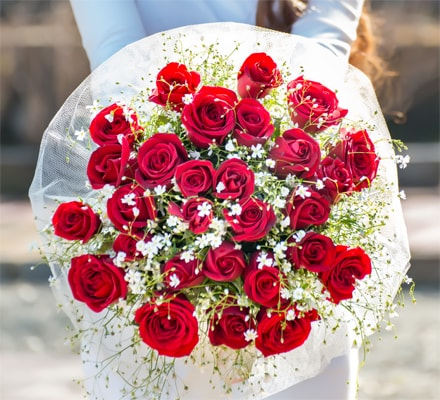 Why should you gift flowers on anniversary?