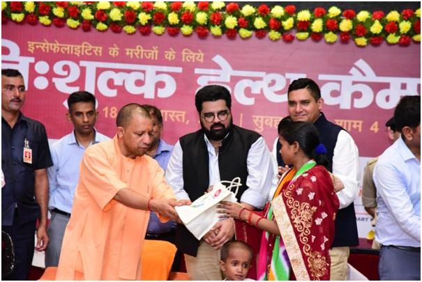 Kartikeya Sharma and Yogi Adityanath, distributing hygiene kits at iTV Foundation?s Two-day Health Checkup Camp