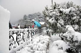 Nearby hills of Manali get snow
